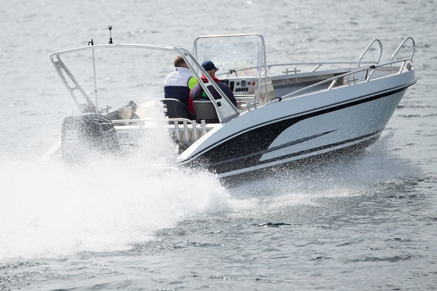 Model 730 CC – Big and powerful do-it-all center console boat